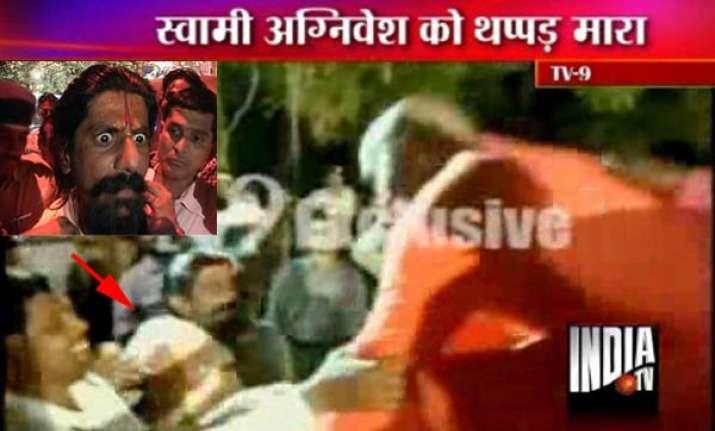 man slaps swami agnivesh for amarnath remark