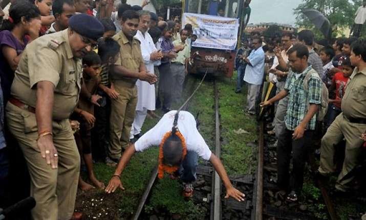 man uses his hair to pull darjeeling himalayan train