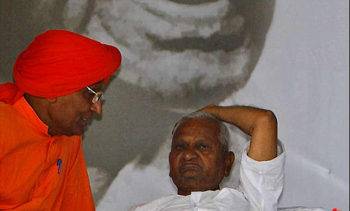 miffed swami agnivesh walks out of team anna