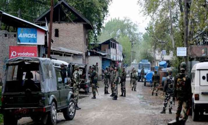 militants attack police party in kashmir six injured
