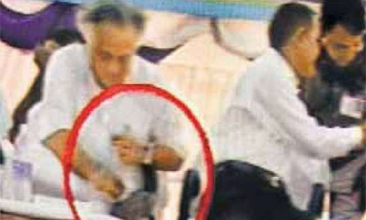 minister jairam ramesh wipes shoes with khadi garland