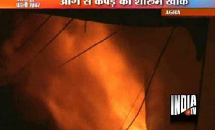 mob brickbats agra police after fire guts garments showroom