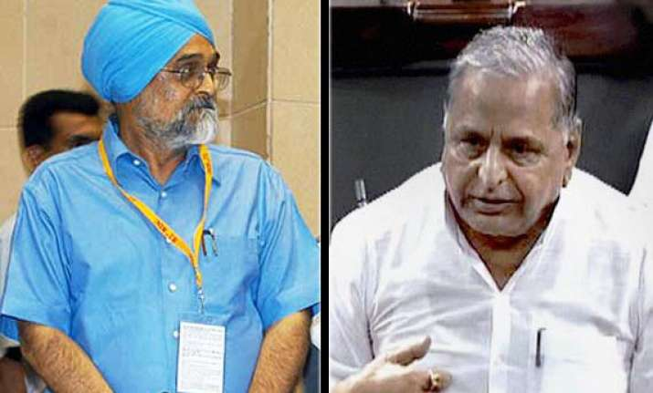 mulayam demands removal of montek from planning commission