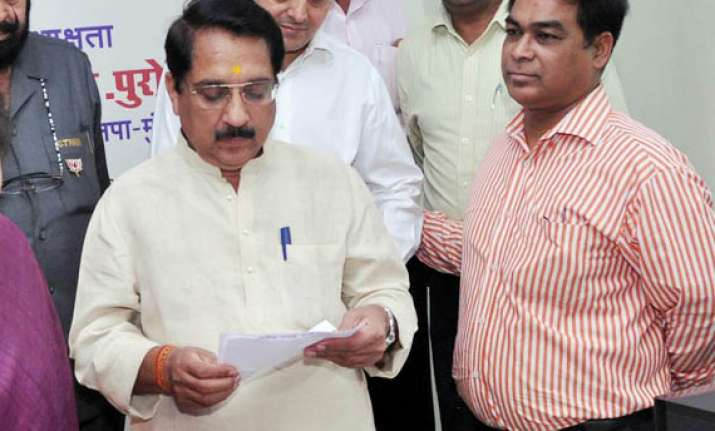 mumbai bjp chief s daughter in law withdraws from civic