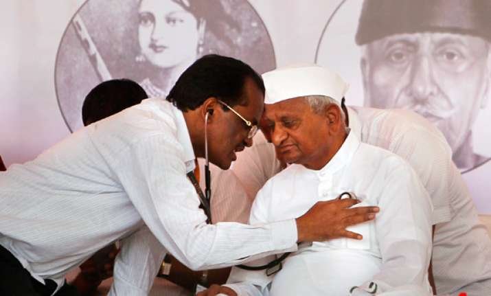 mumbai doctors advise hazare to call off fast say he may