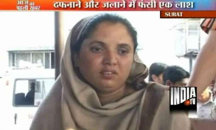 muslim wife in surat demands burial of husband hindu mother