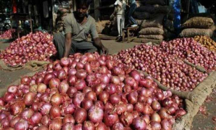 nashik onion farmers show black flags to delhi apmc chief