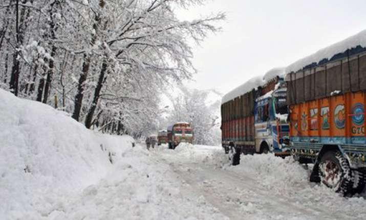 nearly 500 people stuck on jammu srinagar highway due to
