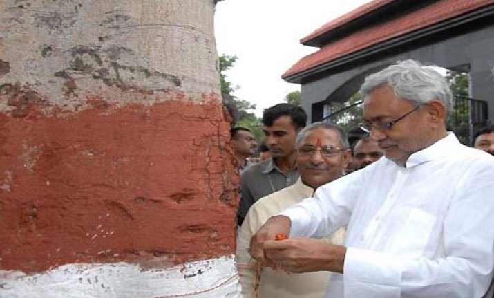 nitish ties rakhi to tree for protection of environment