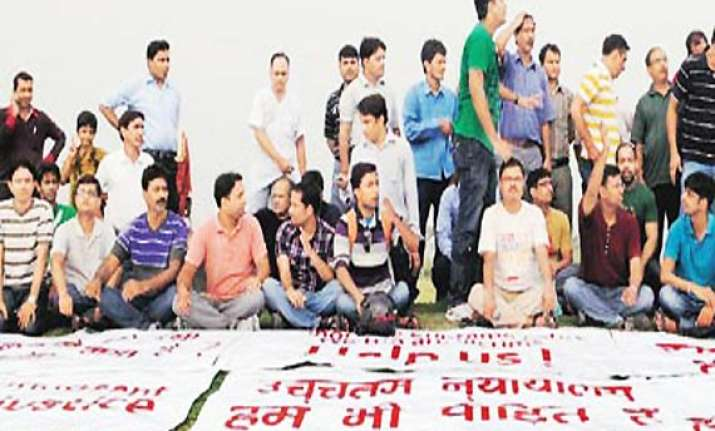 noida extn flat buyers stage protest