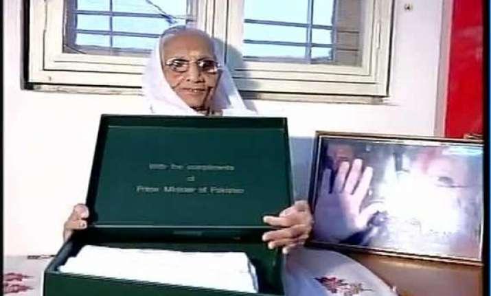 now nawaz sharif sends a sari for narendra modi s mother