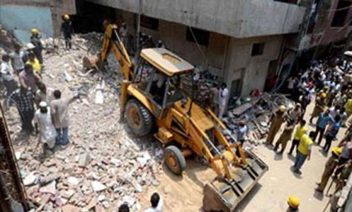 okhla building collapse 1 dead 3 injured