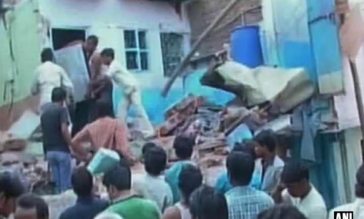 one killed 14 injured in lpg blast in bhopal