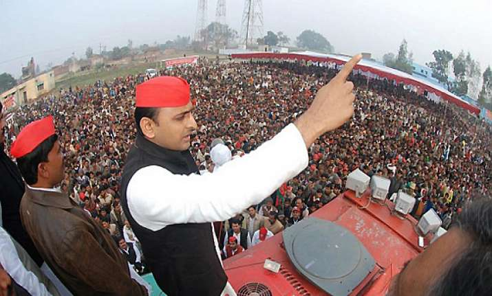 only hundreds at rahul rallies thousands attend akhilesh