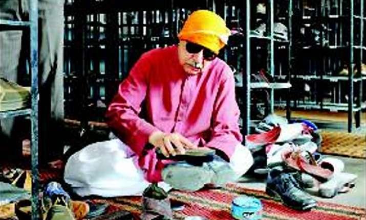 pak deputy attorney general polishes shoes at gurdwara