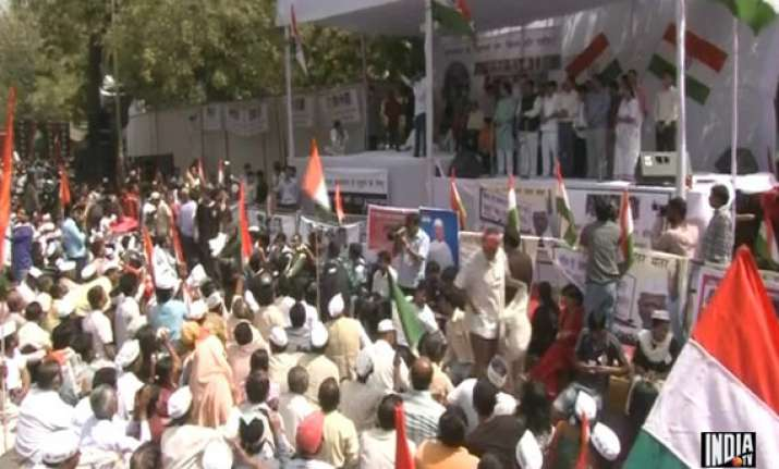 passions run high at hazare s protest site