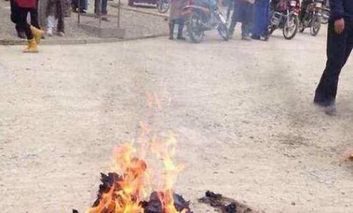 pok woman who set herself ablaze in kashmir dies