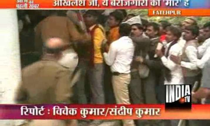 police lathicharge mob seeking unemployment allowance in