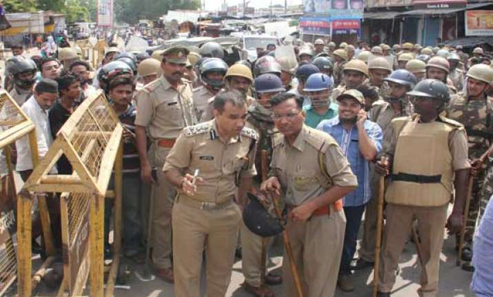 policeman opens fire in lucknow injures four