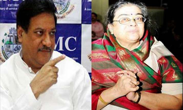 prithviraj chavan s wife robbed of her purse on train