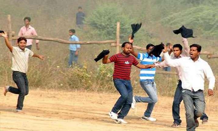rahul gandhi shown black flags in allahabad