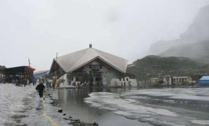rains force temporary closure of hemkund sahib gurdwara