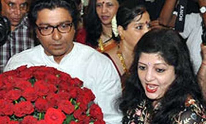 raj thackeray s wife mns workers refuse to pay toll