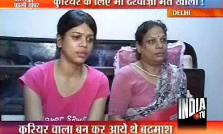 robbers as couriers hold delhi women hostages loot rs 2 cr