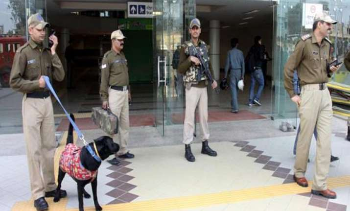 rs.55 lakh jewellery stolen from delhi metro station