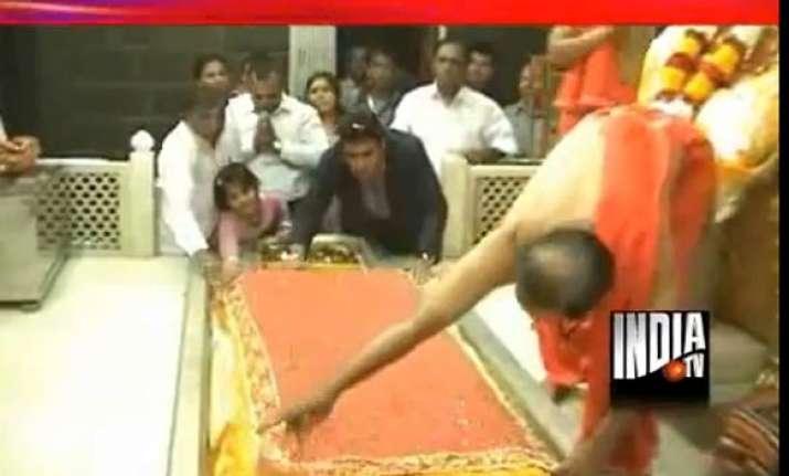 sai baba devotee offers fake gold chadar in shirdi