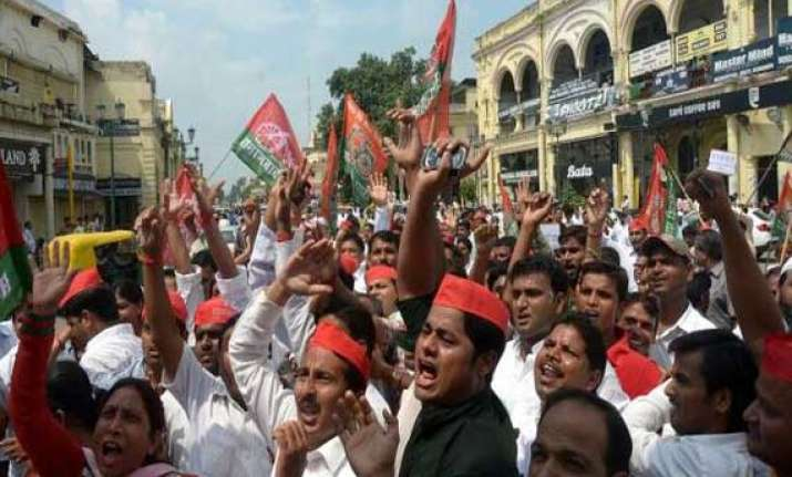 samajwadi party protests hike in rail fares
