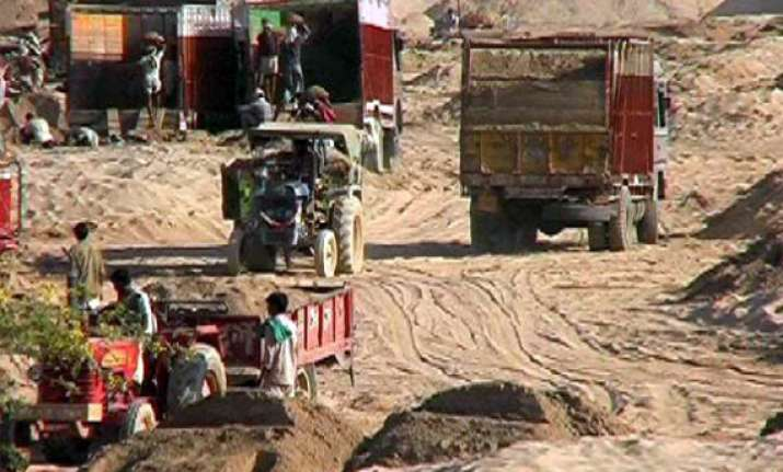 sand mafia allegedly fire on police in mp