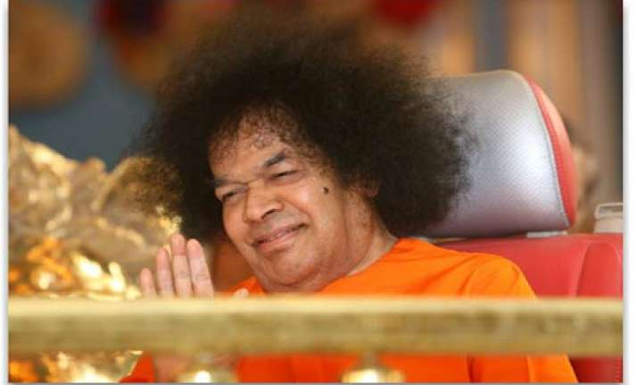 devotees flock to puttaparthi to pay last respects to sai