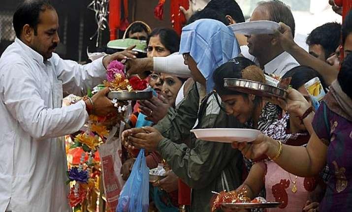scores of migrant kashmiri pandits attend khirbhawani mela