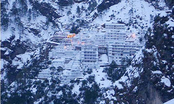 season s first snowfall in vaishnodevi yatra on