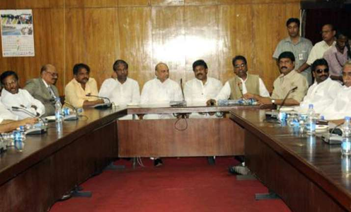 seemandhra congress leaders to stay put wait for assembly