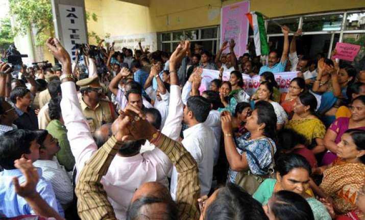 seemandhra bandh enters second day normal life hit