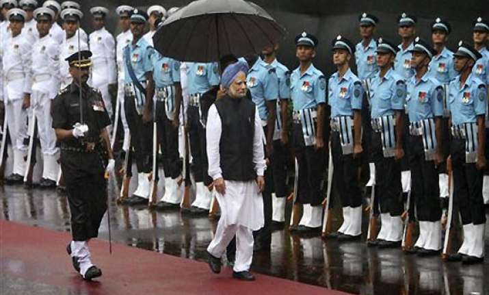 singh becomes third pm to hoist flag at red fort for 8th