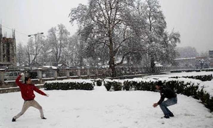 snow rains lash himachal temp dips below freezing point