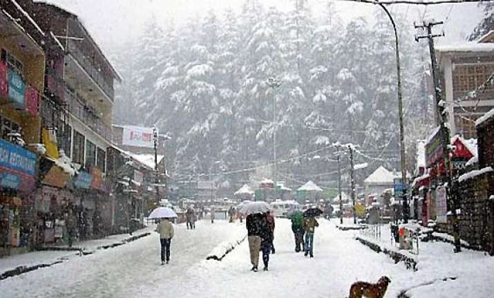 snowfall continues in manali
