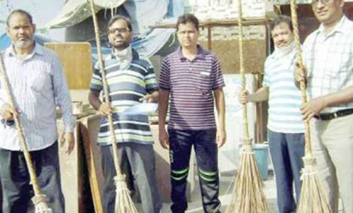 social servers kick start cleaning drive in jamia nagar