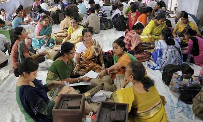 two die in final phase of bengal panchayat polls