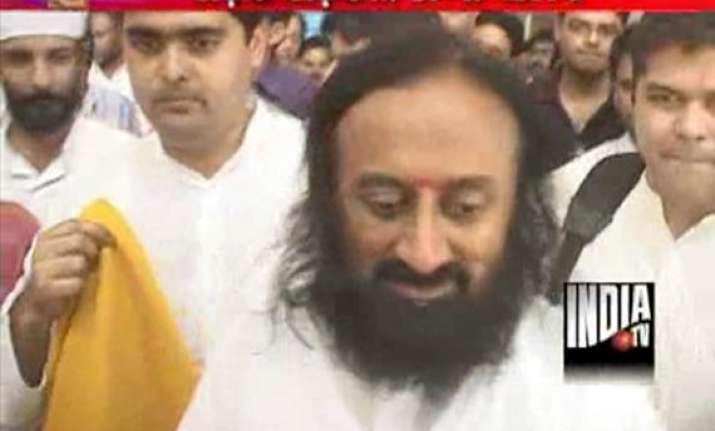 sri sri ravishankar reaches tihar jail flays cong