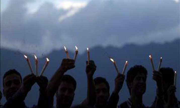 srinagar students stage candlelight protest against delhi