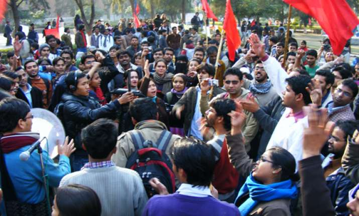 students protest against expensive pvt food outlets in du