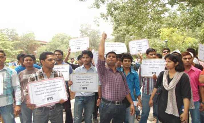 students protest over high cut offs in du