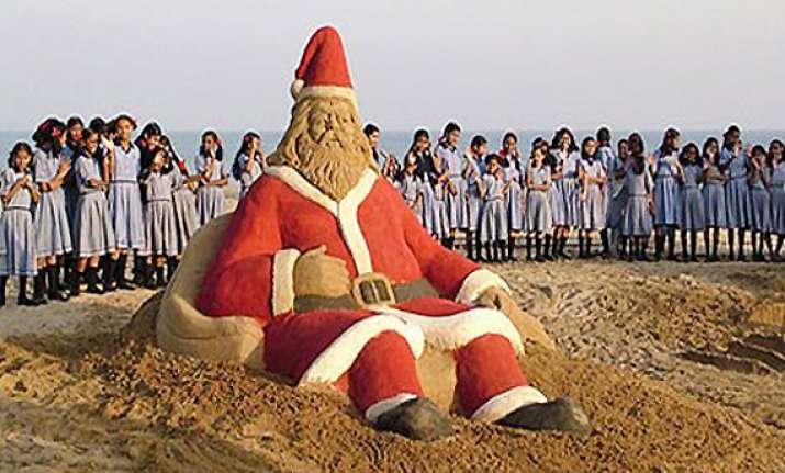sudarshan patnaik makes a santa claus on puri sea beach