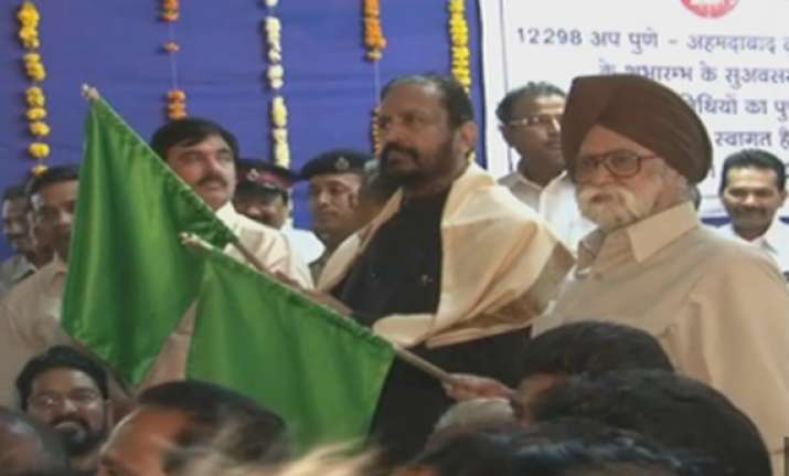 suresh kalmadi shows green flag to pune ahmedabad duronto