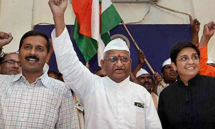 team anna accuses govt of reducing lokpal to empty tin box
