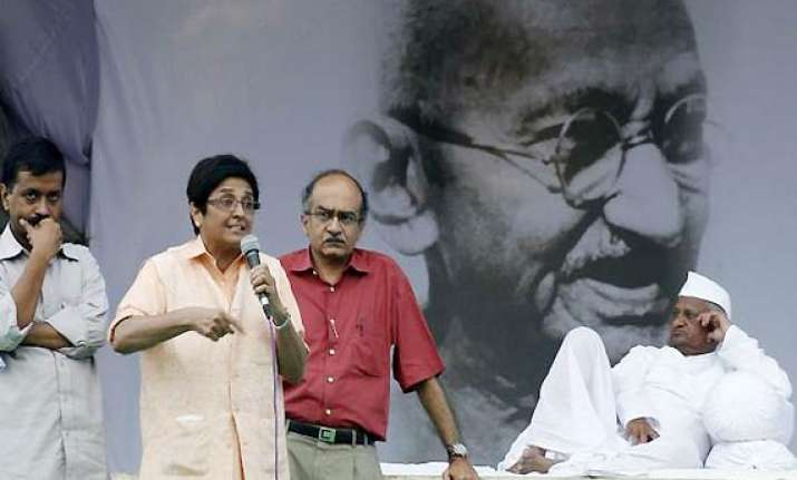 team anna rallies behind kiran bedi on privilege issue